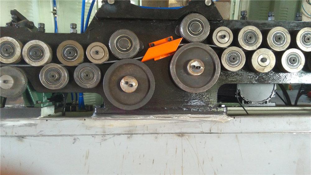 Automatický ohýbací stroj